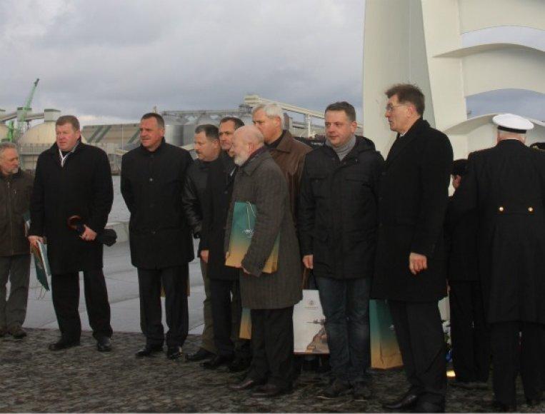 Skulptūros atidengimo ceremonijoje dalyvavo daug garbių svečių.