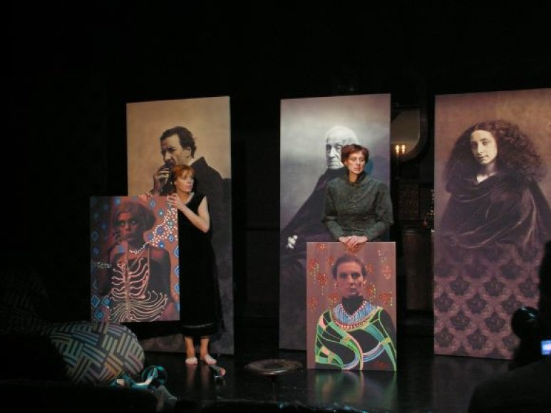 Liudviko ir dviejų jo seserų benefisinius vaidmenis virtuoziškai kuria talentingų aktorių trio – buvusi klaipėdietė Daiva Stubraitė, Goda Piktytė ir Sigitas Šidlauskas.