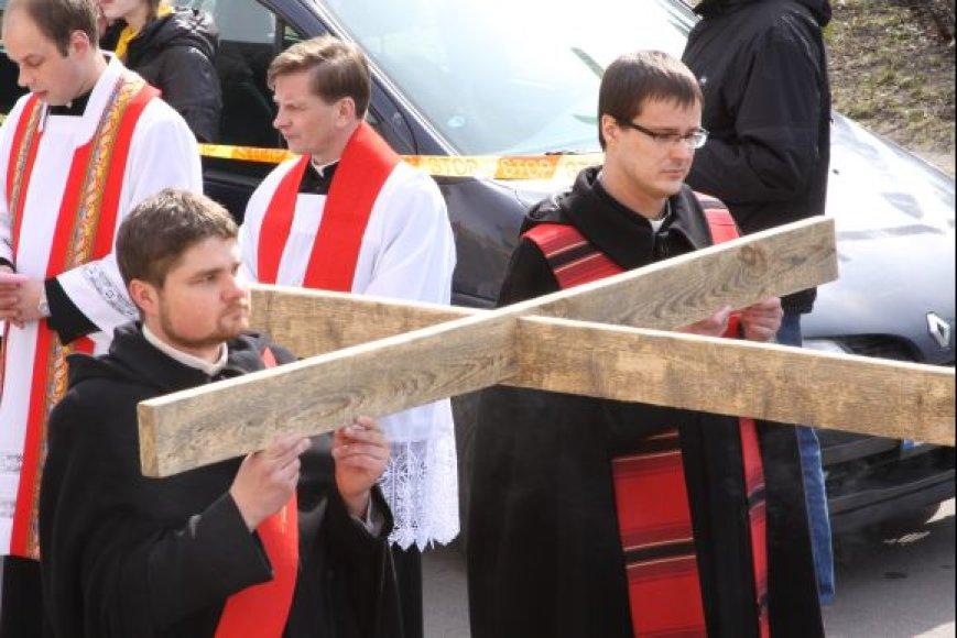 Kryžių pasikeisdami žmonės nešė po maždaug 200 metrų.