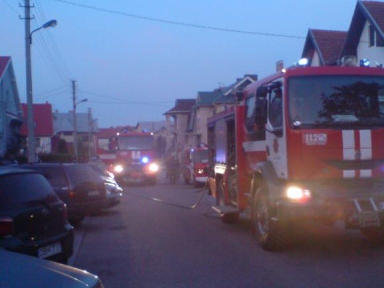 Į gaisro vietą atskubėjo net trys ugniagesių automobiliai.