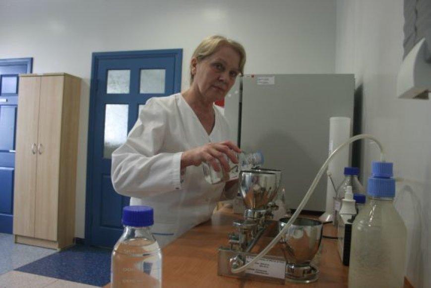"""Bendrovės """"Klaipėdos vanduo"""" laboratorijoje dirbanti inžinierė – biologė Emilija Tumosienė vandenį diena iš dienos tiria jau dvidešimt metų."""