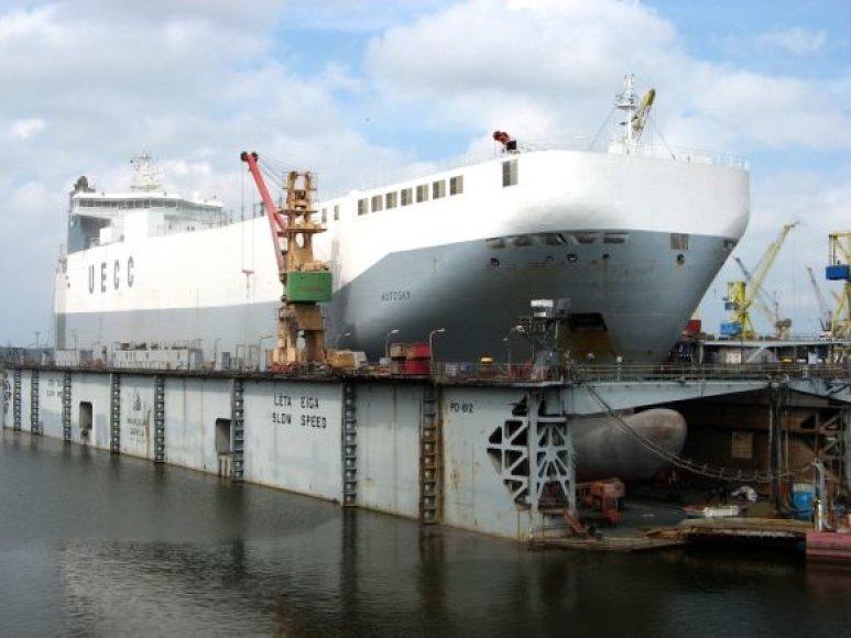 """Prancūzijos kompanijai po beveik mėnesį trukusio klasės atnaujinimo remonto perduotas ro-ro tipo laivą """"Autosky""""."""