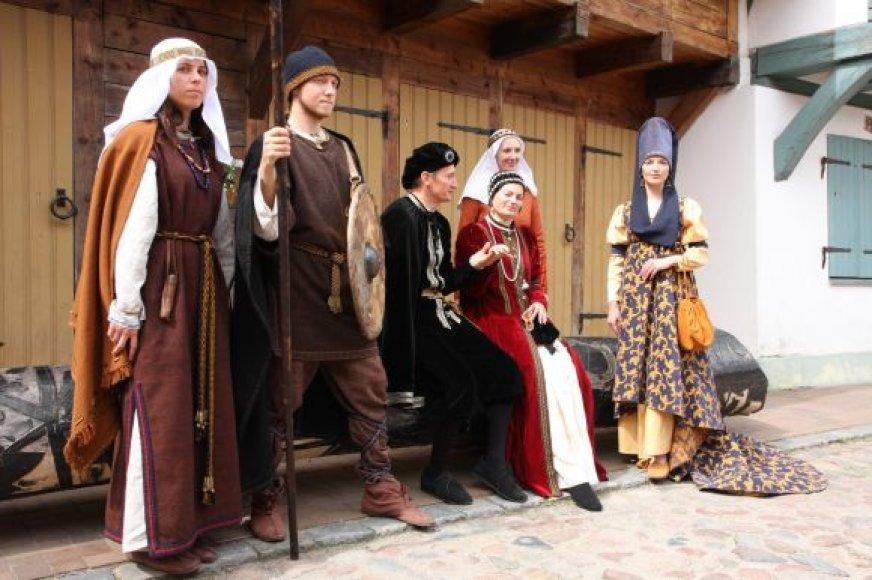 Festivalio metu bus galima susipažinti su 1-16 a. kostiumų kolekcija.