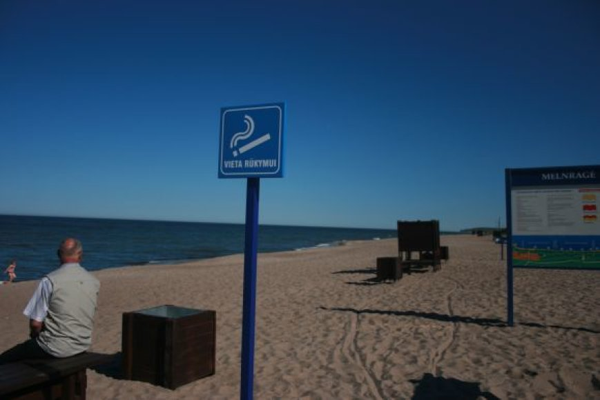 Pastaruoju metu darbininkai paplūdimiuose turi daug darbo montuodami ženklus, ruošdami paplūdimio inventorių.