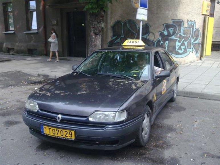 Per langą ant žemės nuorūką išmetęs ir jos pakelti nesutikęs taksi vairuotojas buvo nubaustas už aplinkos šiukšlinimą.