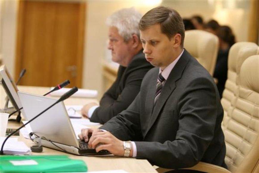 Po tokio socialdemokratų frakcijos akibrokšto, miesto meras A.Kupčinskas prakalbo apie abejones dėl tolimesnio bendradarbiavimo su kairiaisiais. Pasirašę koalicijos paramos sutartį, socdemai į vicemero postą delegavo savo atstovą Steponą Vaičekauską (kairėje).
