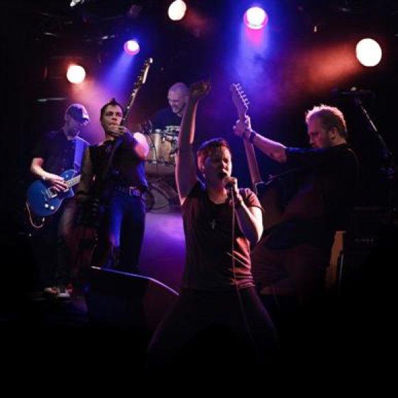 Praėjusiais metais su garsiu Suomijos prodiuseriu tris singlus įrašę rokeriai šią vasarą ketina išleisti savo debiutinį albumą.