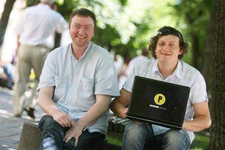 """""""Social Media Day Kaunas 2010"""" organizuojantys Vaidas Pilkauskas (dešinėje) ir Aris Meškauskas kaip vieną iš įdomiausių socialinės žiniasklaidos projekų įvardino naujienų portalo 15min.lt vystomą IKRAUK"""