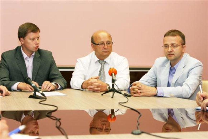 Komandos prezidentu tapsiantis V.Matijošaitis (viduryje) dievagojosi į komandos formavimo reikalus bei trenerių darbą nosies nekišiantis.