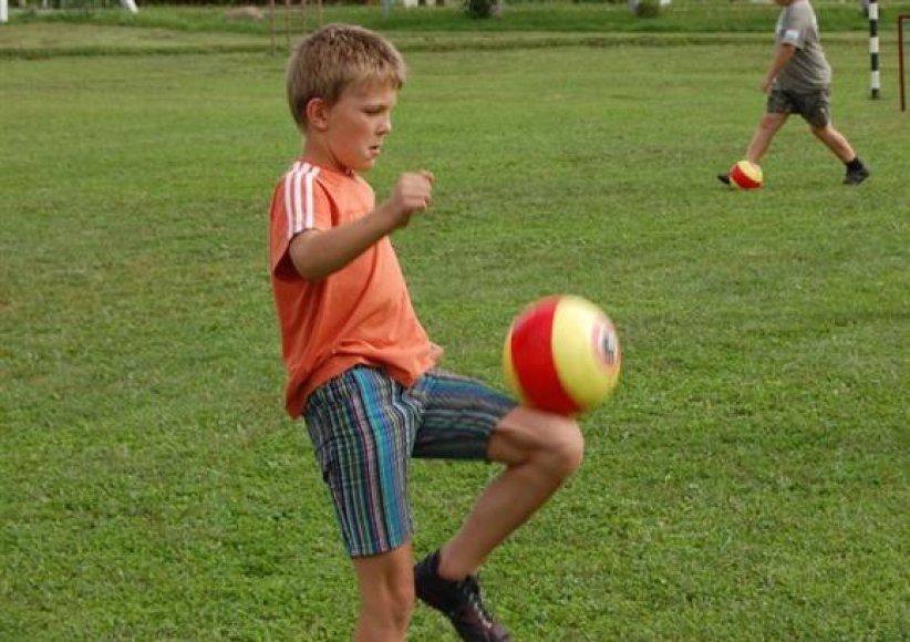 Vaikas su kamuoliu