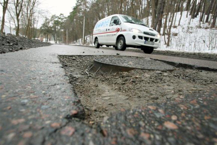 Dalį duobėse automobilius apsigadinančių vairuotojų nuostolių nuo šiol atlygins ir savivaldybės samdomi kelininkai.