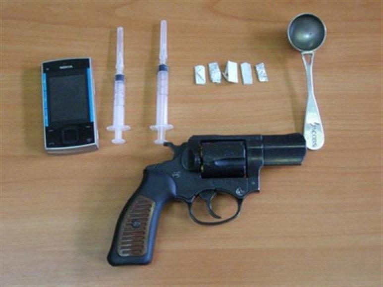 Policijos rasti narkotikai bei ginklas