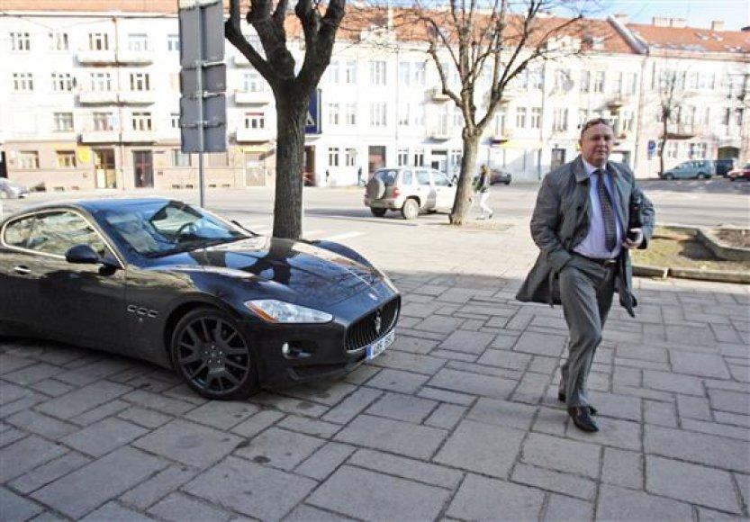 """""""Maserati Granturismo"""" į Kauną parsivežęs V.Matijošaitis netruko gauti skaudžią pamoką –  įvažiavęs į duobę susprogdino dvi padangas."""