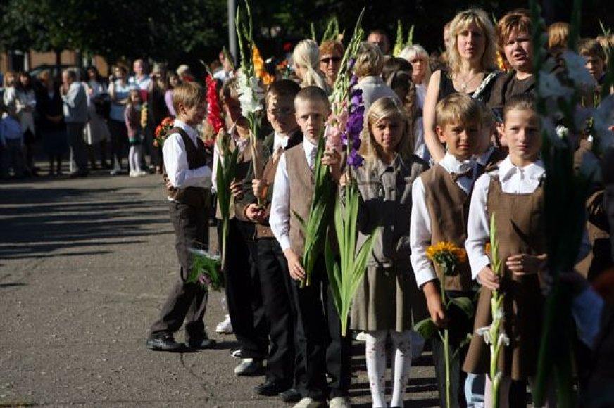 Į šventę pasipuošę rinkosi vaikai ir jų tėveliai. Sveikiname su Rugsėjo 1-ąja.