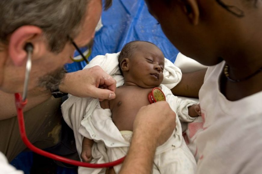 Žemės drebėjimą išgyvenusią trijų savaičių mergaitę tuoj pat apžiūrėjo medikai.