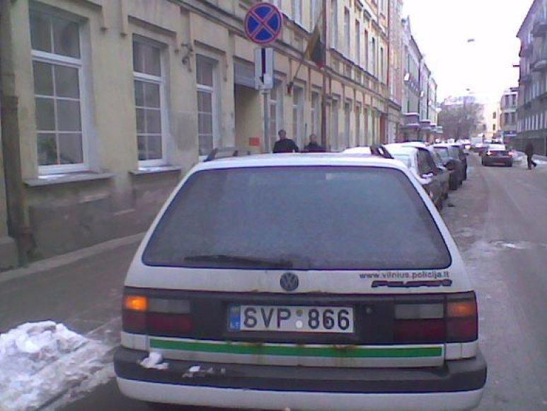 Pasak 15min.lt skaitytojo, policininkės pastatė automobilį su avariniu signalu ir nuėjo pietauti į kinų restoraną Islandijos ir Pamėnkalnio gatvių sankirtoje.
