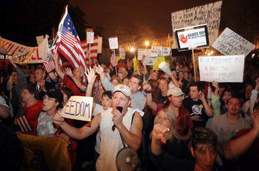 Šimtai įpykusių protestuotojų