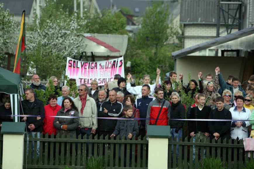 Protestuotojai prie Kedžių namo