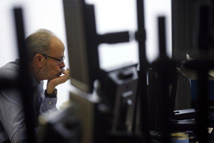 Vyras dirba su kompiuteriu