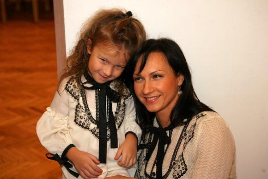 """""""Tiulio fėjų"""" šeimininkė, dizainerė Viktorija Jakučinskaitė pasikvietusi būrį garsių mamų ir dukrų pristatė savo naująją kolekciją"""