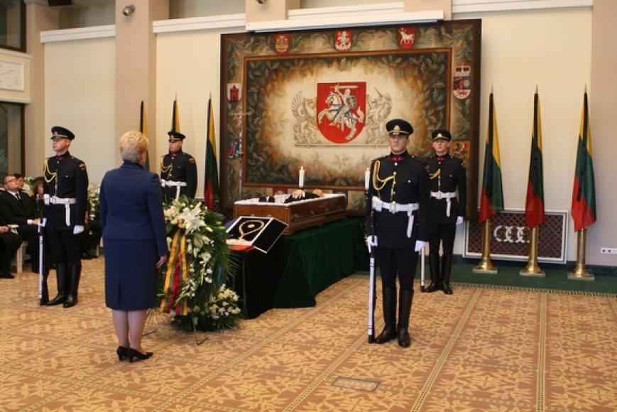 Kadenciją baigusio prezidento Algirdo Mykolo Brazausko kūnas antradienio rytą pašarvotas Prezidentūros Kolonų salėje.