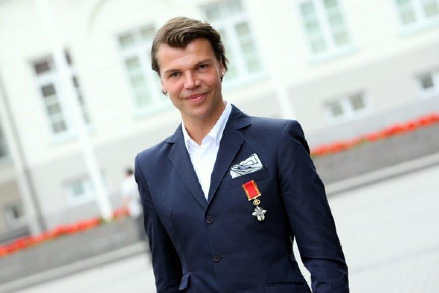 Juozas Statkevičius nuoširdžiai džiaugėsi pavėluotai atsiimtu garbingu apdovanojimu