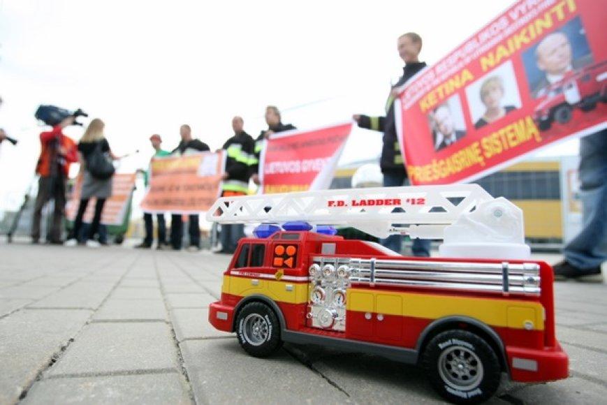 """Ugniagesių gelbėtojų profesinė sąjungos akcija prie """"Siemens"""" arenos."""