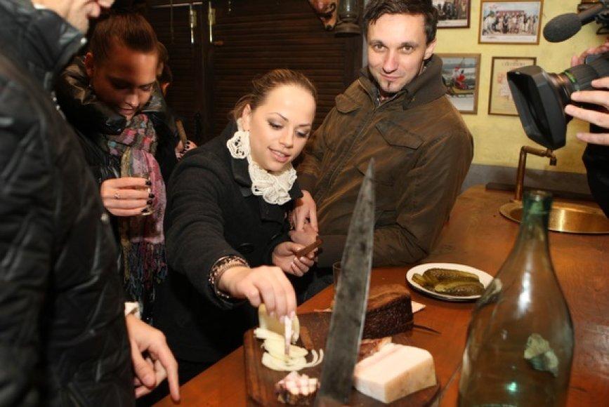 Ineta Puzaraitė (viduryje) ir Eimutis Kvoščiauskas