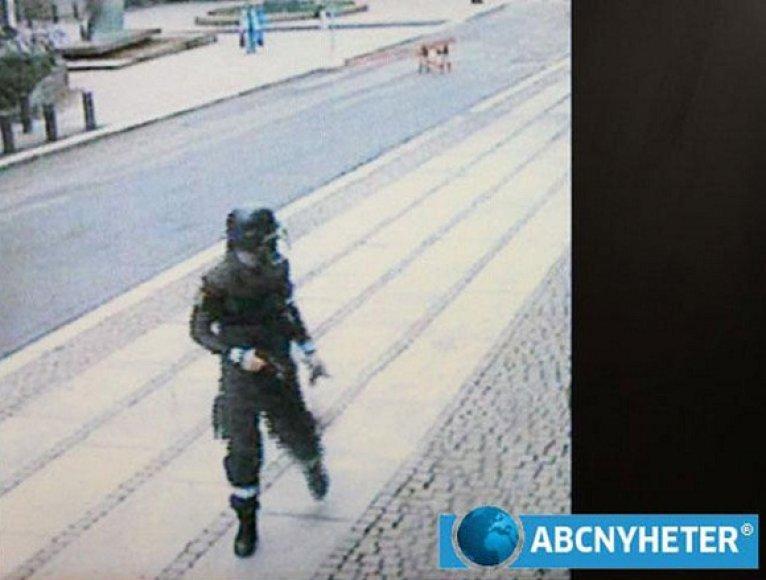 Andersas Behringas Breivikas, užfiksuotas stebėjimo kamerų likus kelioms minutėms iki pirmojo išpuolio