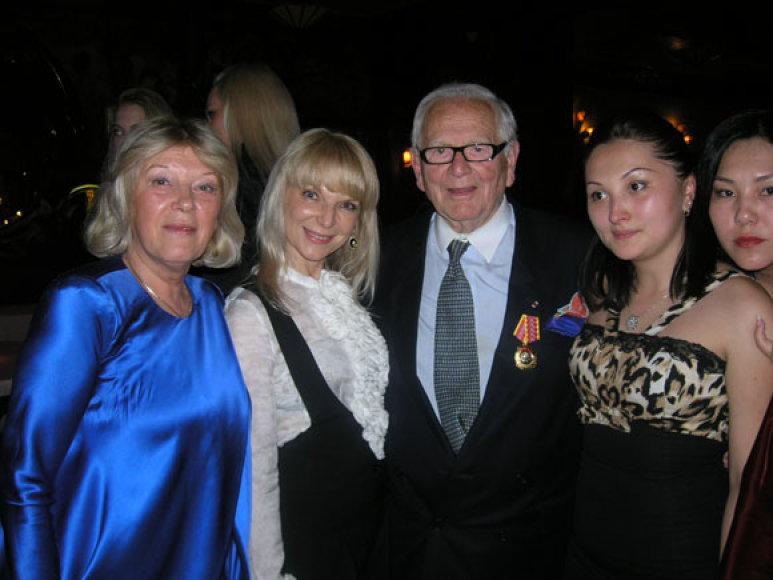 Inga Krukauskienė su komisijos nariu dizaineriu Pierru Cardinu
