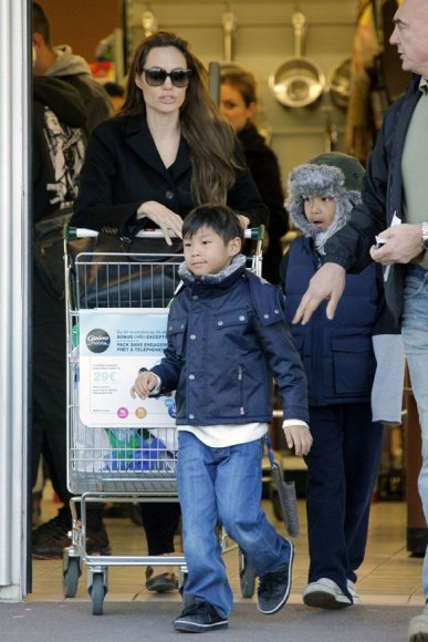 Angelina Jolie su sūnumis