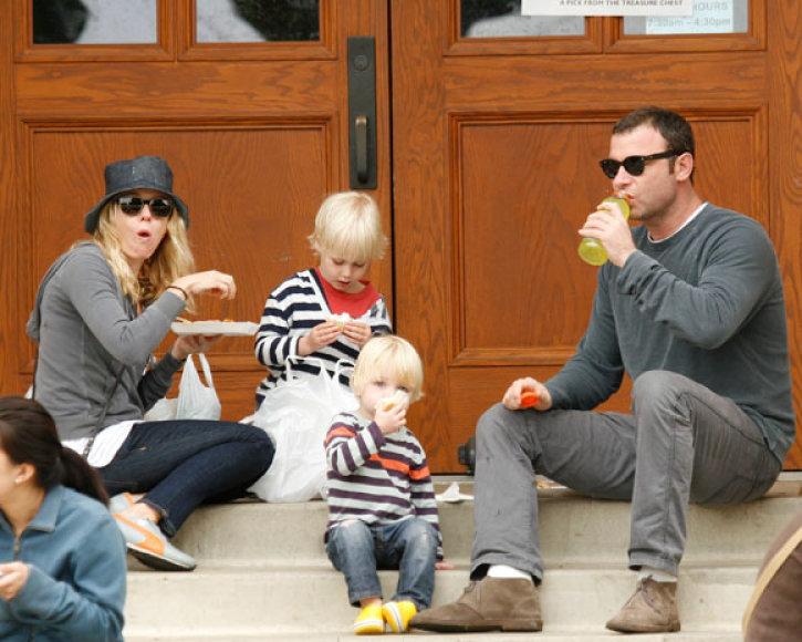Naomi Watts ir Lievas Schreiberis su vaikais