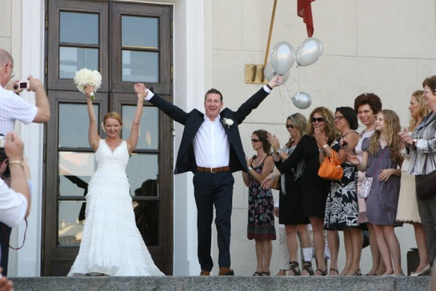 """Vilniaus rotušėje už olando V.Brokso ištekėjusi Julija Broks """"15min"""" teigė, kad Santuokų rūmai jai primena nuotakų fabriką, tad ten tuoktis pora nenorėjusi."""
