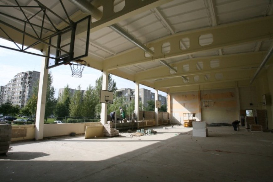M.Biržiškos gimnazijoje remonto darbų pabaigos nesimato: mokyklos sienos išgriautos, suolai virtę pastoliais, o statybos organizacijos už savo darbą dar nėra gavusios nė lito.