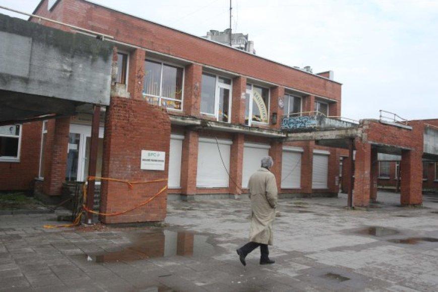Paramstytas prekybinis kompleksas Šeškinės gatvėje laukia, kol dėl jo likimo susitars patalpų savininkai.