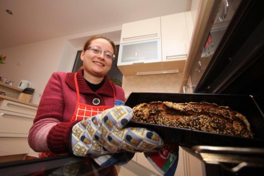 Eleną duonos kepimo mada užkrėtė kolegos ir dabar vilnietė teigė parduotuvėse pirktos duonos nebevalganti, nes ji tapo tiesiog neskani.