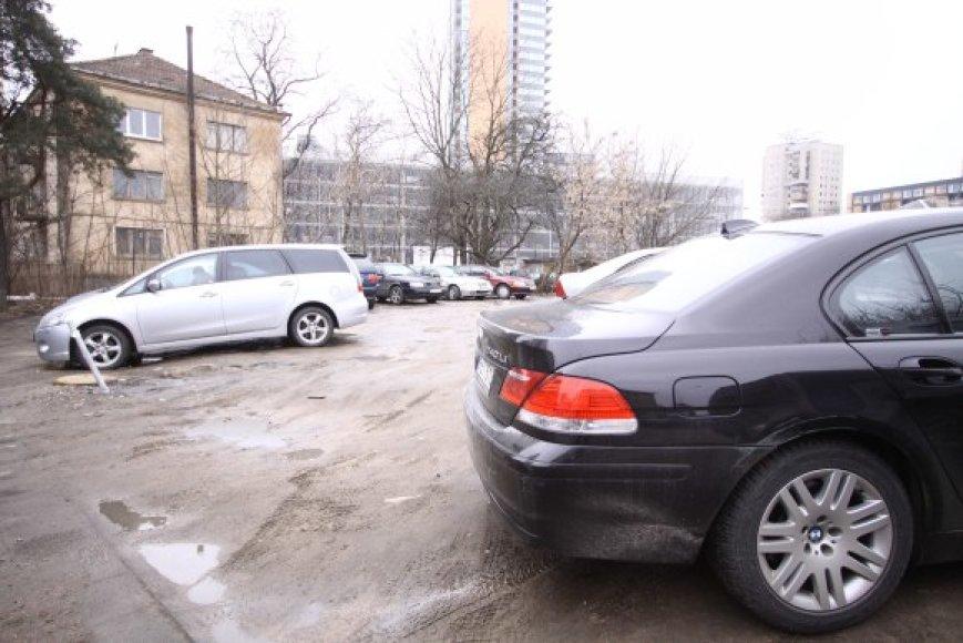 Lvovo gatvėje ištempiama viela vairuotojų, norinčių palikti automobilį nemokamai, nesulaiko – jį nuolat nutraukiama, važinėjama per šaligatvius, nesibaiminama ir duobių pačioje aikštelėje.