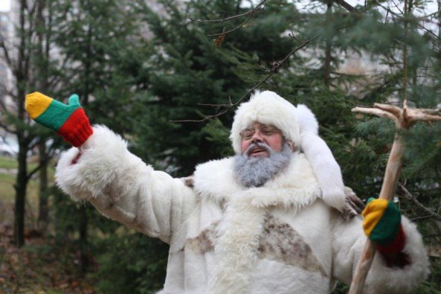 Lietuviškasis Senelis Kalėda šiemet atnaujino savo kostiumą – nauji jo kailiniai, kepurė, trispalvės pirštinės ir net lazda.
