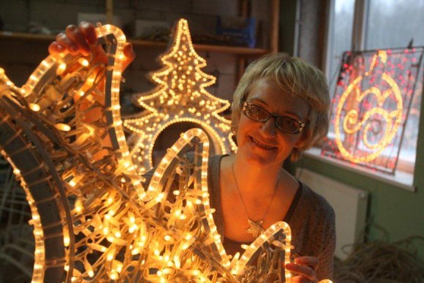 Anot J.Tūraitės, nors naujoms kalėdinėms dekoracijoms šiemet Vilnius pinigų pritrūko, gatvės kaip ir kasmet nušvis kalėdine šviesa – bus panaudotos ankstesnių metų girliandos.