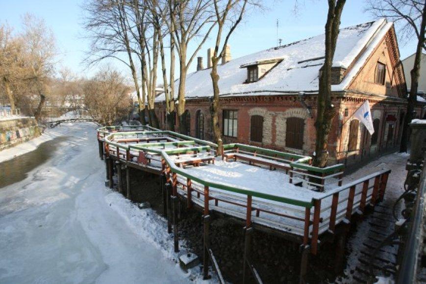 Lauko kavinės Vilniuje pradeda veikti tik gegužės 1-ąją, nors kitose šalyse jų sezonas prasideda anksti pavasarį.