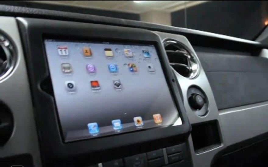 """""""Apple iPad"""" automobilio centrinėje konsolėje"""