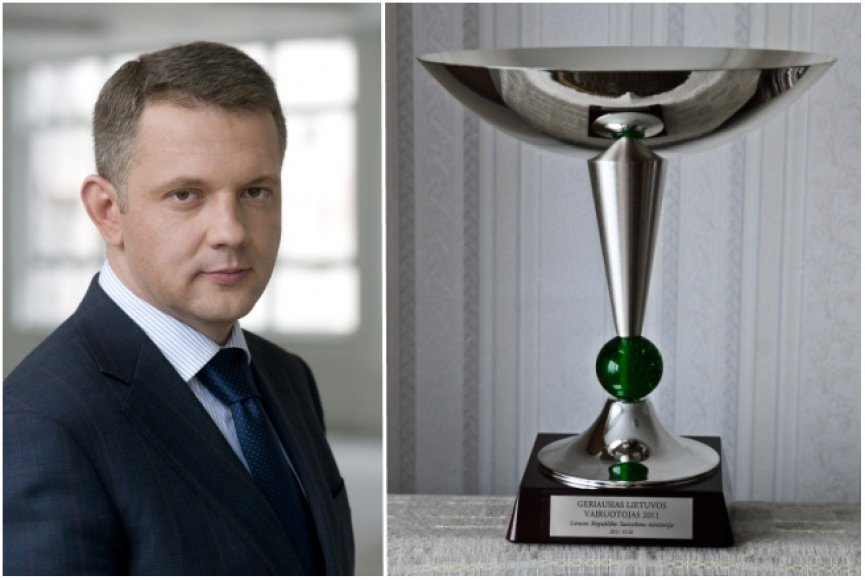 Susisiekimo ministras Eligijus Masiulis ir ministerijos įsteigta konkurso nugalėtojo taurė