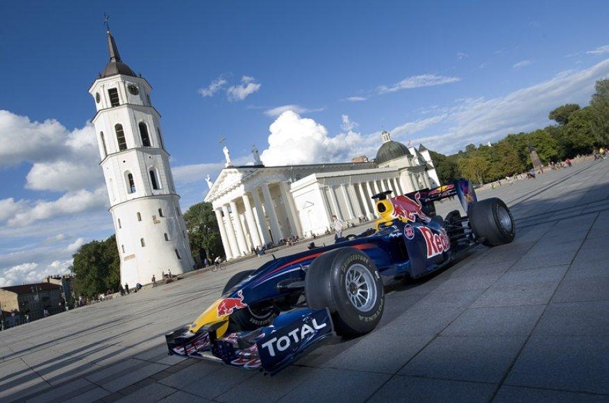 """""""Red Bull Racing"""" Formulės 1 bolidas Katedros aikštėje"""