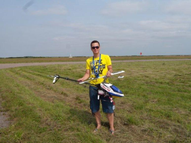Marius Kuzma su sraigtasparnio modeliu.