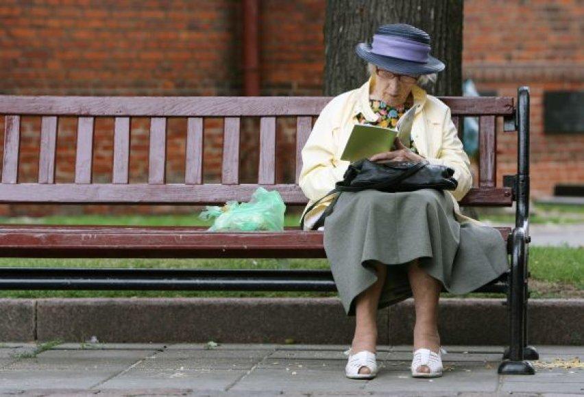 Dauguma pagyvenusių žmonių kavinėse ar kitose pasilinksminimų vietose nesilanko, nes jiems ten per brangu. O jei kaina ir įkandama, siūlomos pramogos dažnai visai  neatitinka senjorų interesų.