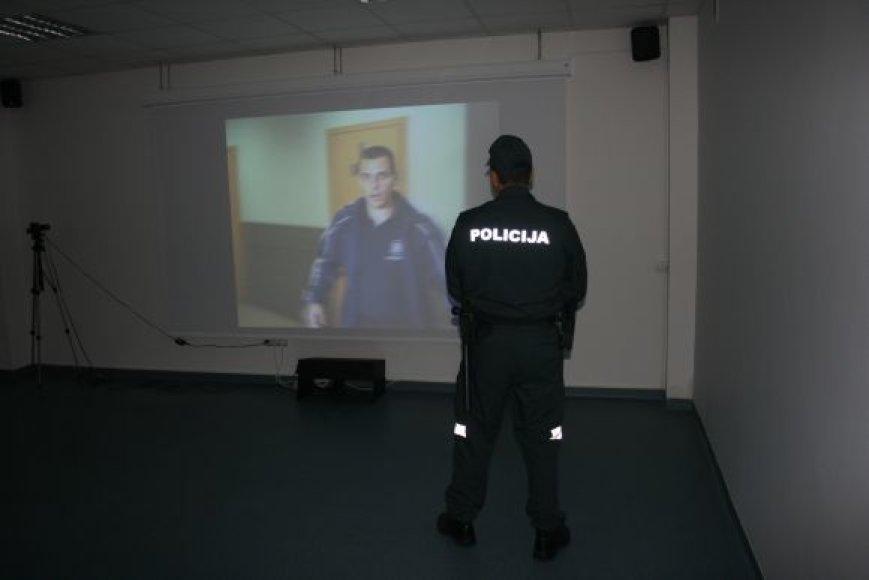 Nuo šiol Lietuvos policijos mokyklos kursantai turės galimybę treniruosis naudodamiesi realias situacijas imituojančia programa – lazeriniu treniruokliu.