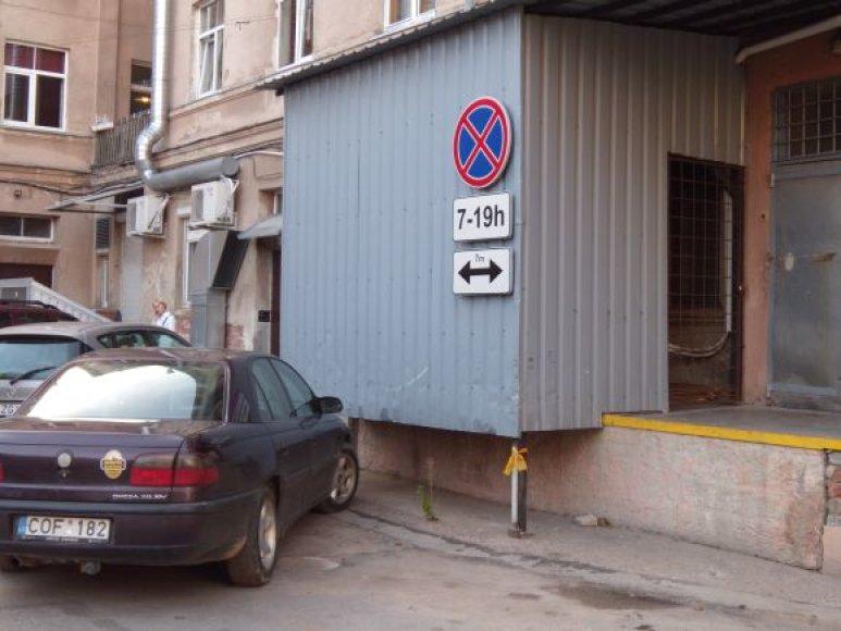 Ženklą, draudžiantį statyti automobilius septynių metrų į abi puses atstumu, parduotuvės savininkas sumontavo ant pastato sienos, nesuderinęs su uostamiesčio savivladybe.