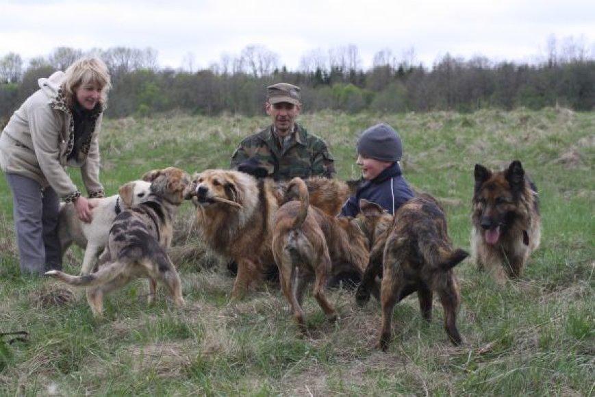 Prieglaudos darbuotojai su beglobiais gyvūnais