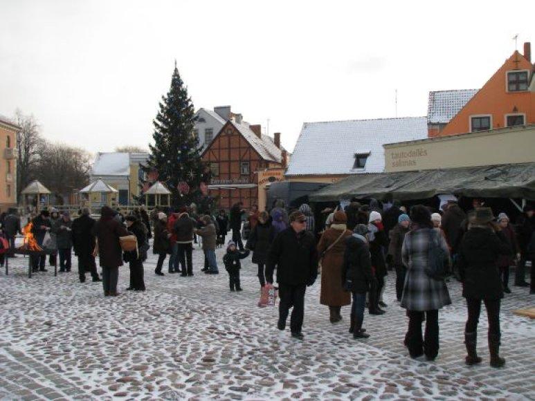 2009 m. vykusio tradicinio Kalėdinis Klaipėdos miesto žmonių susibūrimo teatro aikštėje akimirka.