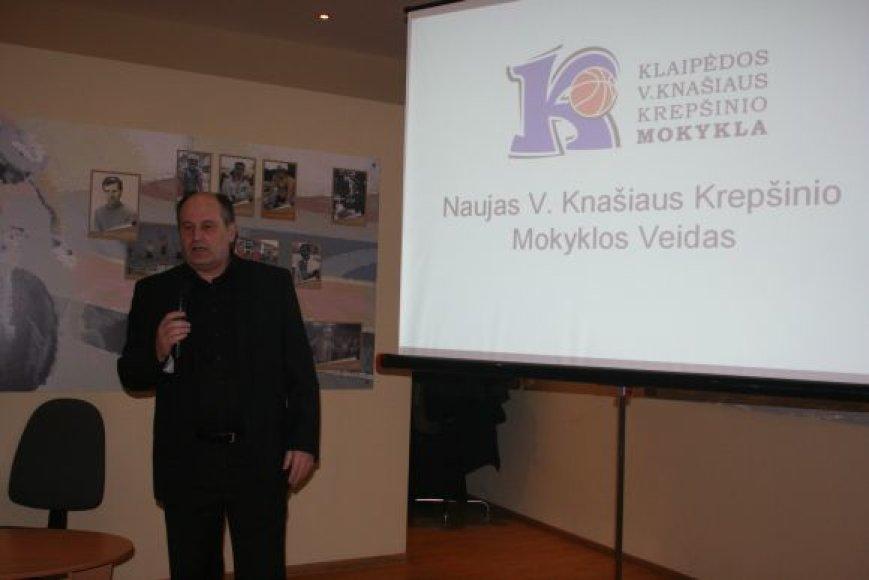 S.Kaupys pristatė naująjį V.Knašiaus krepšinio mokyklos ženklą.
